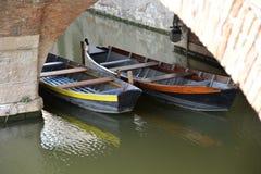 Barcos de pesca de madeira tradicionais na cidade de Comacchio fotos de stock royalty free