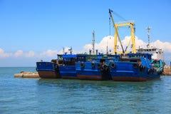 Barcos de pesca de madera amarrados foto de archivo