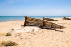 Barcos de pesca de madera crudos que mienten en la playa amarilla cerca de Lobito, Angola fotos de archivo libres de regalías