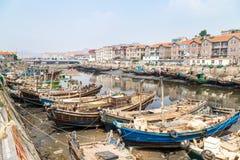Barcos de pesca de madera en el pueblo de Shazikou, Qingdao, China Imagen de archivo libre de regalías