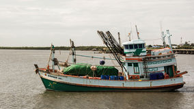 Barcos de pesca de Tailândia perto acima no mar Imagem de Stock