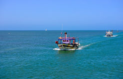 Barcos de pesca del mar Mediterráneo, pescadores que vuelven de trabajo Fotografía de archivo