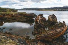 Barcos de pesca destruidos viejos fotos de archivo libres de regalías