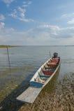 Barcos de pesca dos locals, barcos de pesca amarrados no rio Fotografia de Stock