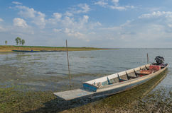 Barcos de pesca dos locals, barcos de pesca amarrados no rio Foto de Stock Royalty Free