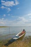 Barcos de pesca dos locals, barcos de pesca amarrados no rio Imagens de Stock Royalty Free