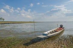 Barcos de pesca dos locals, barcos de pesca amarrados no rio Imagem de Stock Royalty Free