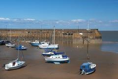 Barcos de pesca durante la bajamar, puerto de Penzance, Cornualles, Inglaterra Fotografía de archivo