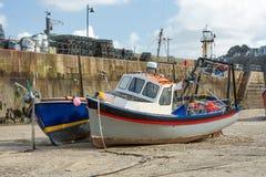 Barcos de pesca durante la bajamar, St Ives Harbour, Cornualles foto de archivo
