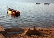 Barcos de pesca e castelo da areia Fotos de Stock