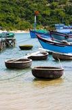 Barcos de pesca e coracles na baía Fotografia de Stock Royalty Free