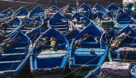 Barcos de pesca e redes de pesca no porto de Essaouira, Marrocos imagens de stock