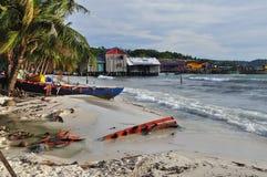 Barcos de pesca e vila, Koh Rong, Camboja foto de stock royalty free