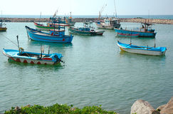 Barcos de pesca em Hikkaduwa imagens de stock