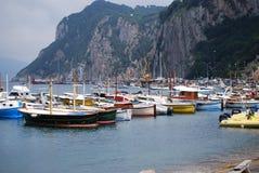 Barcos de pesca em Marina Grande Harbour, ilha de Capri fotografia de stock