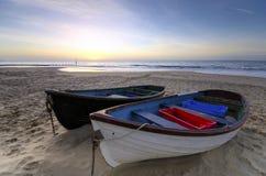 Barcos de pesca em um Sandy Beach Fotos de Stock