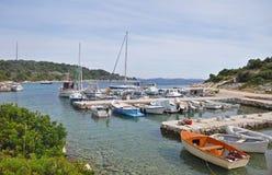 Barcos de pesca em uma baía calma pequena, Croácia Imagem de Stock Royalty Free