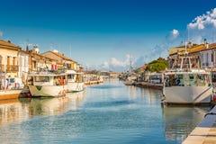 Barcos de pesca en canal del puerto en Italia Fotos de archivo
