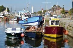 Barcos de pesca en el acceso de Honfleur en Francia Fotografía de archivo libre de regalías