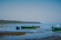Barcos de pesca en el agua Imagenes de archivo