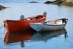 Barcos de pesca en el agua imagen de archivo libre de regalías