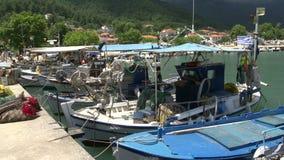 Barcos de pesca en el akti del chrisi, Thassos Grecia metrajes