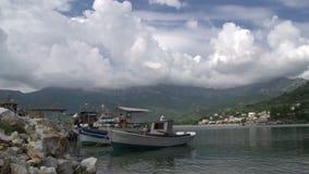 Barcos de pesca en el ammoudia de Chrysi, Thassos, Grecia almacen de metraje de vídeo