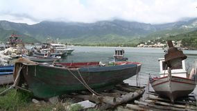 Barcos de pesca en el ammoudia de Chrysi, Thassos, Grecia almacen de video