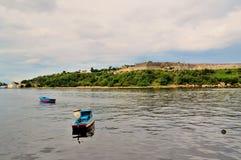 Barcos de pesca en el ancladero cerca de la costa de Malecon, vista del estrecho del mar, paredes de la fortaleza de San Carlos d fotos de archivo