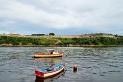 Barcos de pesca en el ancladero cerca de la costa de Malecon, vista del estrecho del mar, paredes de la fortaleza de San Carlos d foto de archivo libre de regalías