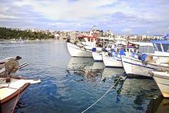 Barcos de pesca en el Chalcis Euboea Grecia Foto de archivo