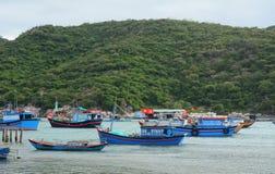 Barcos de pesca en el embarcadero en Nha Trang, Vietnam Foto de archivo