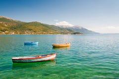 Barcos de pesca en el lago fotos de archivo