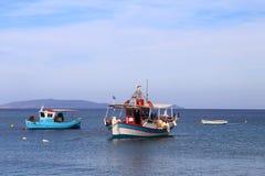 Barcos de pesca en el mar con un cielo azul en el fondo en el grito foto de archivo libre de regalías