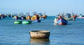 Barcos de pesca en el mar en Nha Trang, Vietnam Foto de archivo