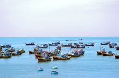 Barcos de pesca en el mar por la mañana fotografía de archivo libre de regalías