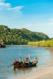Barcos de pesca en el mar y el bosque del mangle de Tailandia fotos de archivo