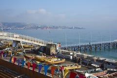 Barcos de pesca en el mercado de pescados en Valparaiso, Chile fotografía de archivo
