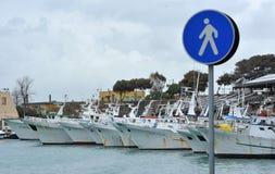 Barcos de pesca en el muelle del puerto Fotos de archivo libres de regalías