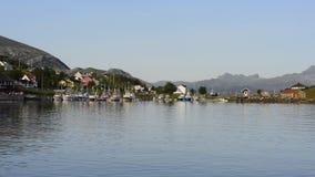 Barcos de pesca en el pequeño puerto, Noruega metrajes