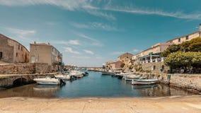 Barcos de pesca en el puerto en Centuri en Córcega Imagenes de archivo