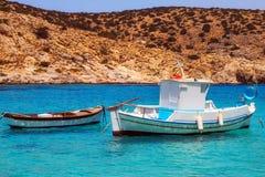 20 06 2016 - Barcos de pesca en el puerto de Agios Georgios, isla de Iraklia Imágenes de archivo libres de regalías