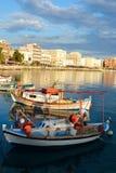 Barcos de pesca en el puerto de Loutraki imagen de archivo
