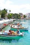 Barcos de pesca en el puerto de Loutraki imagenes de archivo