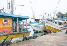 Barcos de pesca en el puerto de Tangalle Imagen de archivo libre de regalías