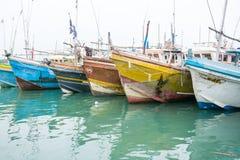 Barcos de pesca en el puerto de Tangalle Fotos de archivo