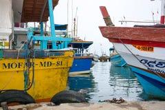 Barcos de pesca en el puerto de Tangalle Imagenes de archivo
