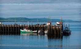 Barcos de pesca en el puerto durante la bajamar en Digby, Nova Scotia Fotografía de archivo
