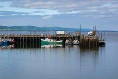 Barcos de pesca en el puerto durante la bajamar en Digby, Nova Scotia Imagen de archivo libre de regalías