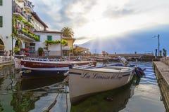 Barcos de pesca en el puerto de Limone en el lago Garda en la salida del sol Imagen de archivo libre de regalías